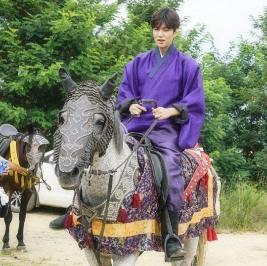 Lee Min Ho Is Playful Behind-The-Scenes Of \u201cLegend Of The Blue Sea
