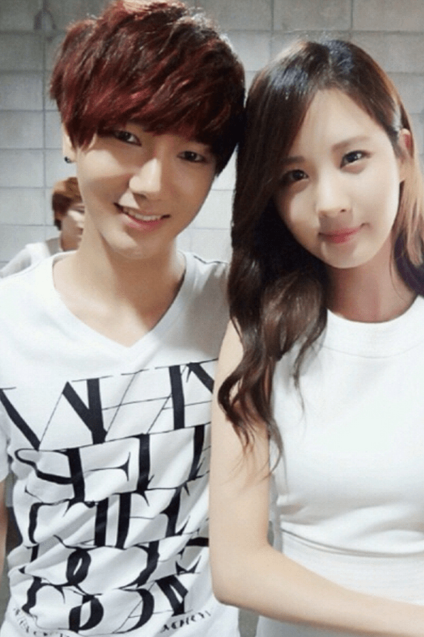 Kyuhyun Cute Wallpaper Super Junior S Yesung Snaps A Photo With Girls Generation