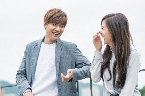 Descendants Of The Sun Hd Wallpaper Lee Min Ho And Yg Rookie Kim Ji Soo Pose Together In Sweet