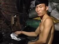プラスチックのゴミをお米に作り変える偽米工場を撮影したビデオが出回る。