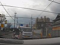 これはどっちが悪い。大阪で撮影された追い越しスクーターと右折車の事故。
