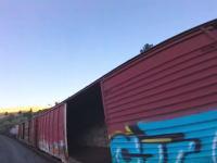 プロ級ドローン使いによる貨物列車の空撮映像が人気に。自由すぎやな。