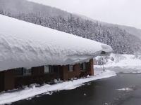 屋根に積もった大雪を叩いて落とす!海外で人気の日本の雪国動画。