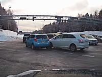仲間がいっぱいwww凍結路での2車線右折路ではこんな危険があるらしいwww