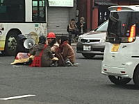京大前、百万遍交差点のど真ん中でコタツを囲んでる人が居たという映像がツイッター。