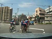自転車の右折方法でこれはどうなの!?というロードバイクの集団が撮影される。