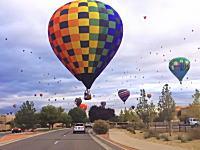 自由すぎてwww熱気球フェスティバルが開催された町を車から眺める動画がめちゃくちゃ楽しい。