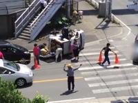 埼玉県民の連携プレー。国道16号線で起きた横転事故からけが人を救出する映像がすごい。