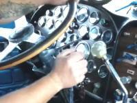 24速MTのシフトチェンジがとても難しそうな動画。ピータービルト359(1987)