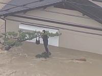 岡山大洪水の空撮映像に木にしがみついて助けを求める女性の姿が映る。