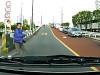 これは当たり屋か?足立区で撮影された車を目視しながら飛び出してきた人。