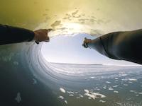 すごいサーフィン。一つの波に8回もバレルに入るサーファーの内から外から動画。