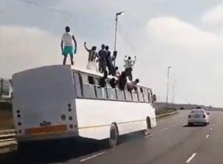 これブレーキ踏まれたらどうなるの?走行中のバスの屋根で踊っている人たちが撮影される。