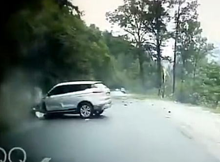 落石注意。中国で対向車に大きな岩が直撃する瞬間が撮影される。