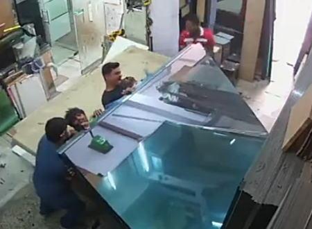 大重量のガラスに仲良く挟まれてしまった労働者たちのビデオ。痛い痛すぎる。