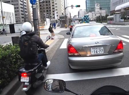 これは痛い。梅田で撮影されたすり抜けバイクとタクシーのドア開き事故。