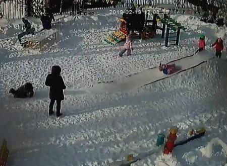 子供のフード付きジャンパーにこんな危険性があったのか。幼稚園で起きた危険な事故の映像。