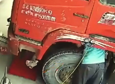 トラックの大型タイヤ爆発に巻き込まれてしまった整備士の映像。中国。