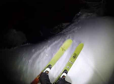 真っ暗闇をヘッドライトの明かりだけで滑り降りる真夜中スキーがおもしろい。