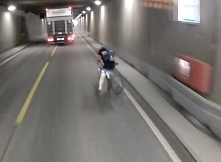 おぎゃあ怖い。トンネルを走行中に自転車が車道側に倒れてきたら