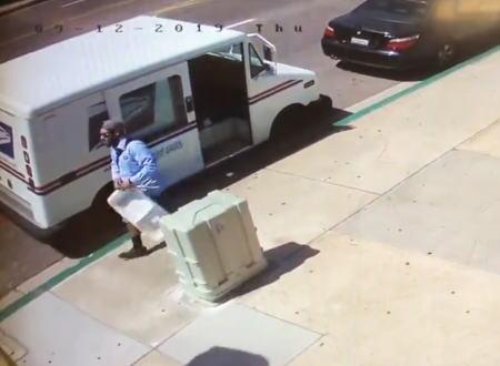 最悪のタイミング。突っ込んできた車とトラックの間で挟まれてしまった郵便配達人