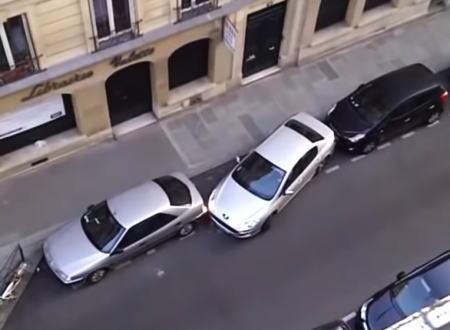 レベル90の縦列駐車。前後に2~30センチしか余裕がなさそうな隙間に駐車するドライバー。