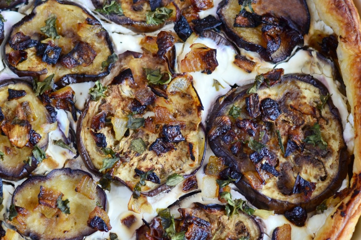 This savoury Aubergine and Goat Cheese Quiche is kind of salt tart with fried aubergine and onion, fresh goat cheese and basil.