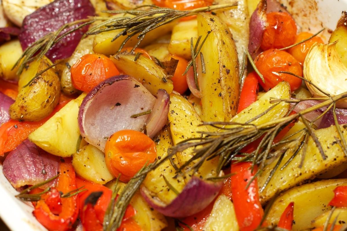 Kip aardappels en groente uit de oven