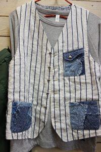 デニムの風合いが素敵です。シンプルなTシャツも、主役になれるベストがあるとおでかけ感がアップします。 ストライプとデニムの組み合わせなので、合わせやすいですね(^▽^)/