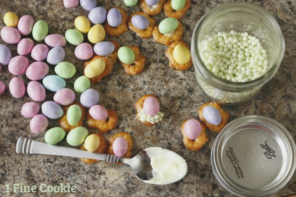 make egg pretzel treats , bunny, food, snack, mix, easter, ideas, pretzel, eggs, chocolate, cadbury, carrot, candy, chex, cute, candy corn, pastels, sprinkles, easy, chocolate, recipe