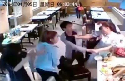 【動画】中華レストランでアジア系女性が大乱闘 世界中に拡散