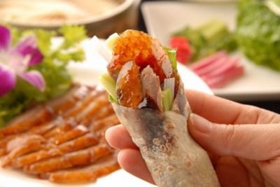 この中国人の北京ダックの食べ方が斬新すぎる<GIF画像>とんでもない食べ方が発明される