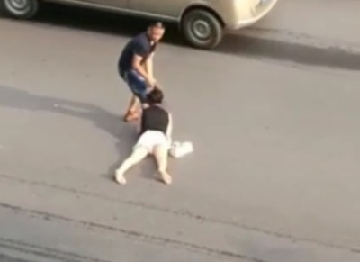 シュールなキチガイ映像<動画像>女性の髪の毛を掴み道路を引きずる男性と誰も止めない中国人たち