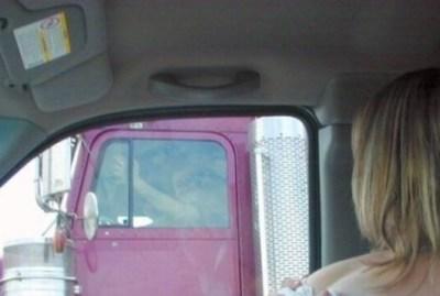 白人美女が隣を走るトラック運ちゃんに裸を魅せつけるイタズラした結果⇒画像