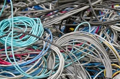 【アイデア朗報】画期的な「ケーブルを傷めない結束方法」が話題