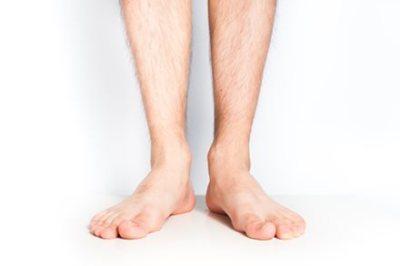 切断した自分の足を『枕代わり』にされてる男性 →動画像