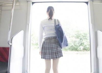 【画像】鞄でスカートがめくれてる女性が見つかる