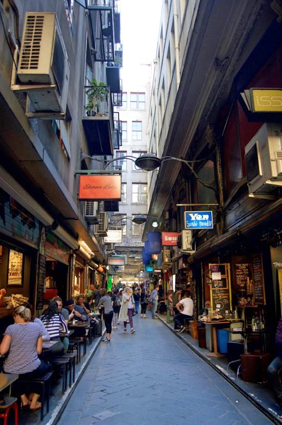 Banyak toko-toko dan kafe laneway.