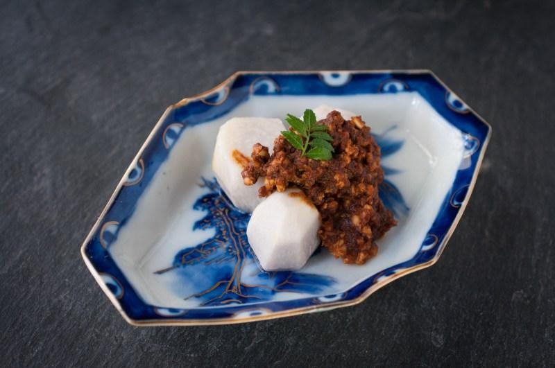 ねっちりホクホクの里芋に味噌の旨みを合わせました。鶏味噌のしっかりとした味は、ごはんはもちろん、温燗の日本酒や白ワインとも好相性です。