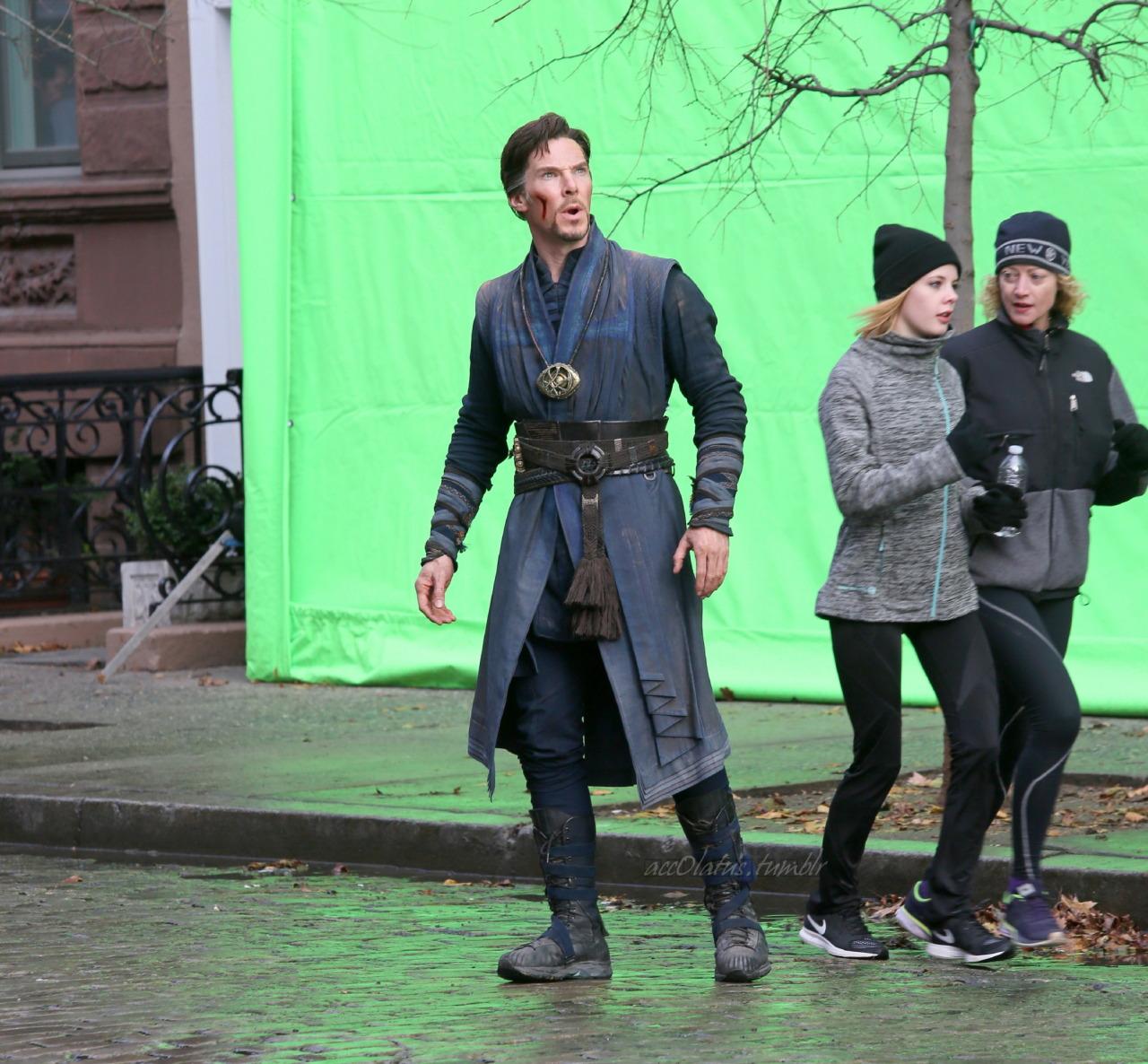 Doctor Symbol Hd Wallpaper Benedict Cumberbatch Loses The Cloak In More Doctor