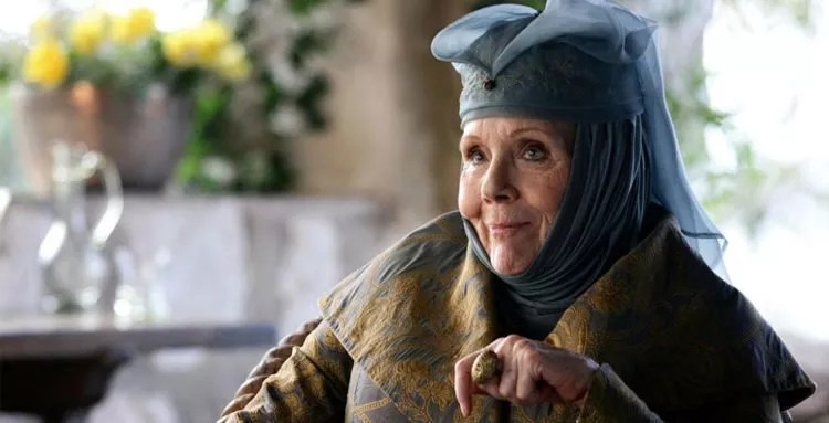 Olenna Tyrell lacht in Game of Thrones - Staffel 3