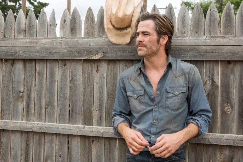 Chris Pine als Toby Howard angelehnt an einem Zaun in Hell or High Water