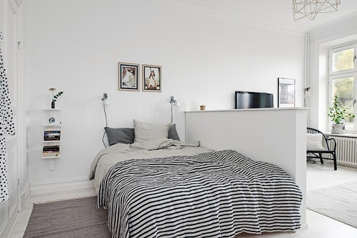 minimal bed with mid-century modern task lamp on night stand navy - exemple de couleur de chambre