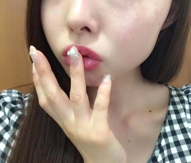 """仕上げの""""唇ポンポン""""でボリュームアップ"""