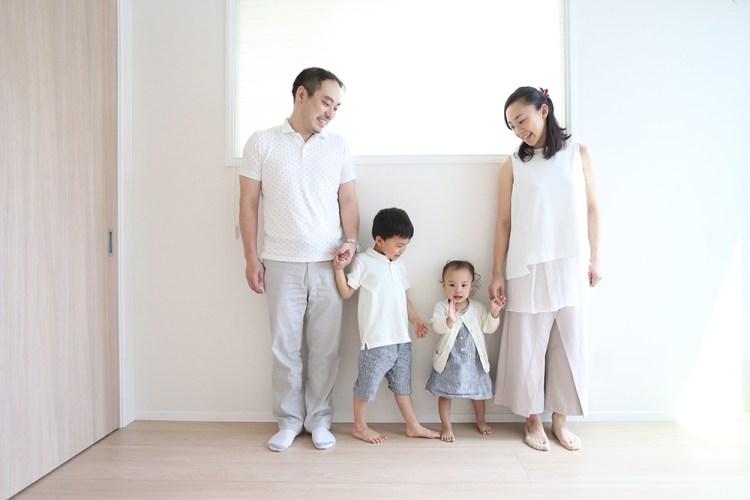 新築した部屋で家族写真