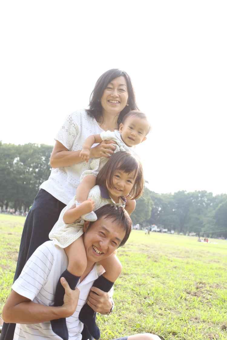 4人で公園で家族写真