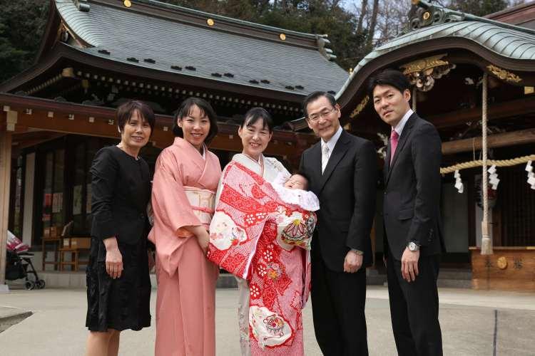 本殿前で家族写真