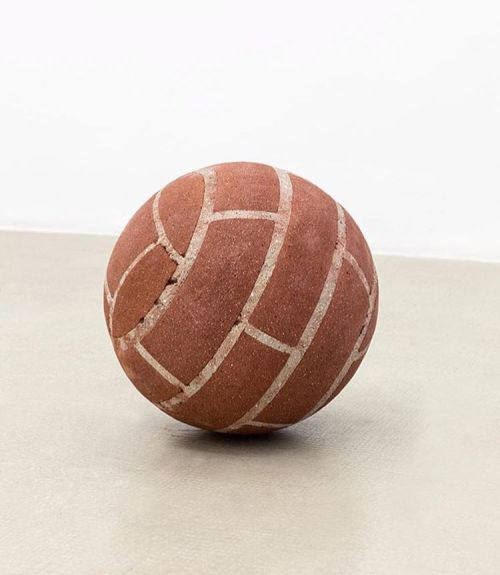 bizarrebeyondbelief:  Judith Hopf throwing up bricks on the court & in the gallery. (via @peeblesparadise)#judithhopf #sculpture #basketball
