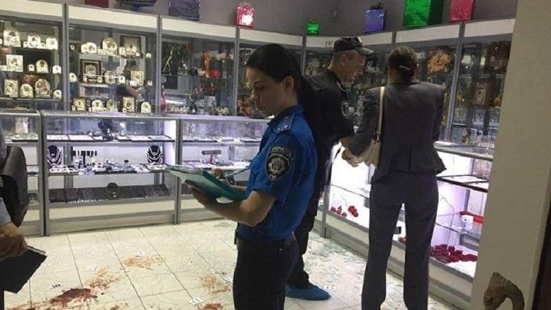В Киеве вооруженные преступники в балаклавах ограбили ювелирный магазин