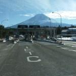 大型トラックは、何故遅い?!【広い道路でセンターラインを割って走るのは何故?】